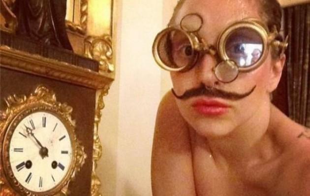 Η Lady Gaga ποζάρει με μουστάκι στυλ Salvador Dali