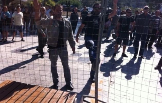 Εξαγριωμένοι πολίτες γιούχαραν και πέταξαν καφέδες σε Κεγκέρογλου και Σενετάκη!