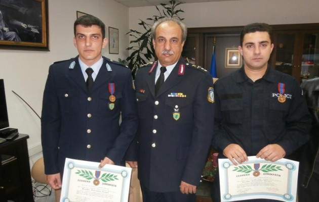 Έσωσαν τρεις ζωές από πνιγμό – παρασημοφορήθηκαν με τον «Αστυνομικό Σταυρό»