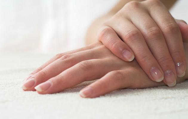 Πώς να ξεβάψετε τα νύχια σας χωρίς ασετόν