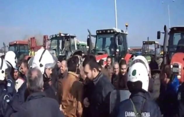"""Τα ΜΑΤ """"ψέκασαν"""" χημικά στους αγρότες έξω από την Αλεξανδρούπολη"""