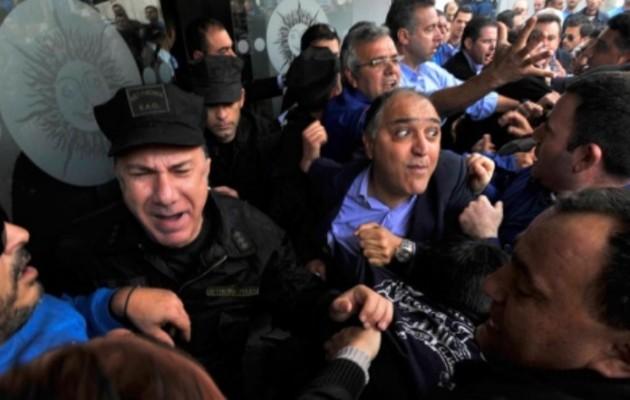 Κύπρος: Οργισμένοι διαδηλωτές μπήκαν στο προαύλιο της Βουλής