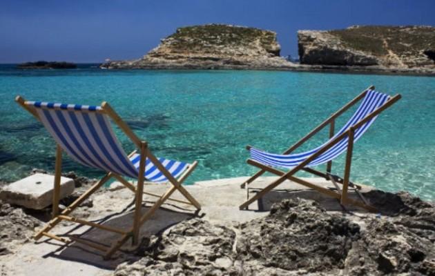 Ο καθηγητής Νικολαΐδης εξηγεί πώς κολλά ο κορωνοϊός σε παραλίες και πισίνες