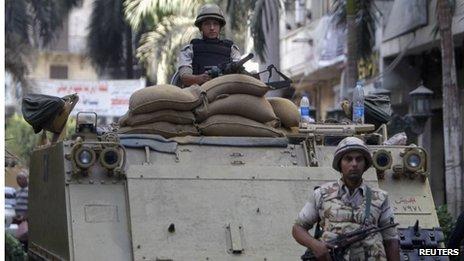 Μασκοφόροι άνοιξαν πυρ σε στρατιωτικό πούλμαν στο Κάιρο