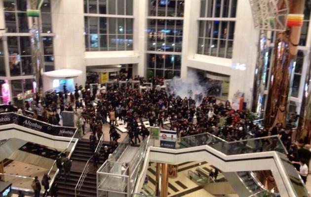 ΕΚΤΑΚΤΗ ΕΙΔΗΣΗ: Η αστυνομία πολιορκεί εμπορικό κέντρο όπου έχουν καταφύγει διαδηλωτές – Έριξαν δακρυγόνα