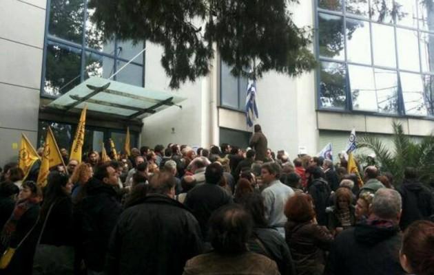 Εκατοντάδες πολίτες απέτρεψαν τον πλειστηριασμό της κατοικίας μιας άνεργης!