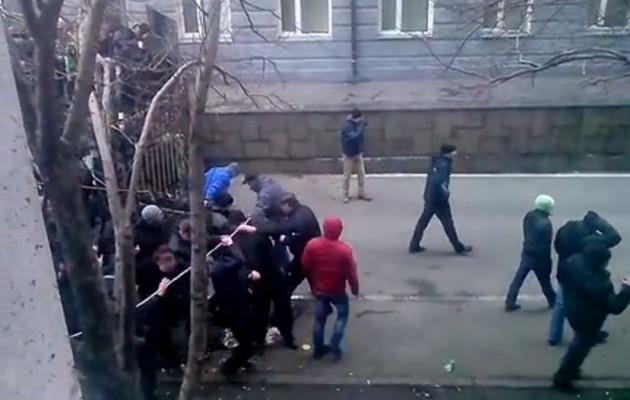 ΕΚΤΑΚΤΗ ΕΙΔΗΣΗ: Ρώσοι πολίτες εισβάλουν στο τοπικό Κοινοβούλιο του Ντονέσκ (ΒΙΝΤΕΟ)