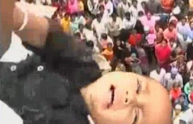 Έθιμο – σοκ στην Ινδία: Πετάνε τα παιδιά από ψηλά κτίρια για να γίνουν… πιο δυνατά (βίντεο)