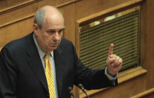 Ο Τέρενς Κουίκ ορκίζεται βουλευτής στη θέση του Παπαχριστόπουλου