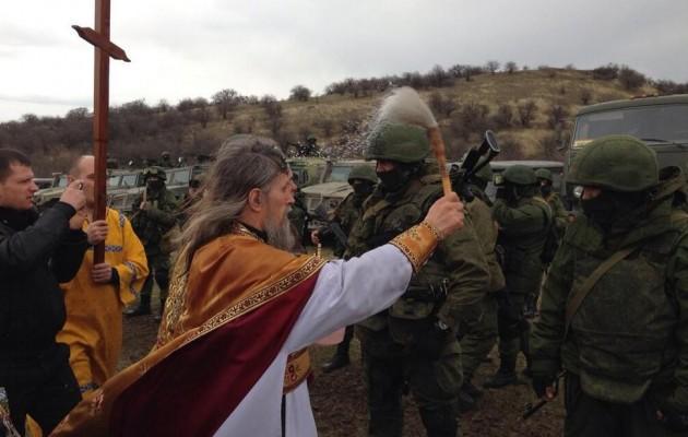 Φωτορεπορτάζ: Οι ορθόδοξοι κληρικοί ευλογούν παντού τους Ρώσους στρατιώτες