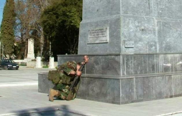 Συγκινεί ο στρατιώτης που γονάτισε μπροστά στο άγαλμα του Θ. Κολοκοτρώνη