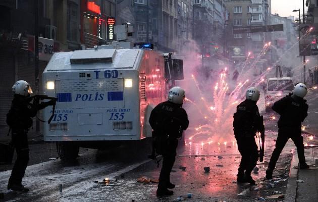 Κόλαση βίας στην Τουρκία: Δεκάδες τραυματίες στην Σμύρνη, την Άγκυρα και την Πόλη