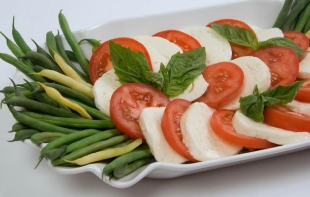 Σαλάτα με φασολάκια χλωρά, μοτσαρέλα και βασιλικό