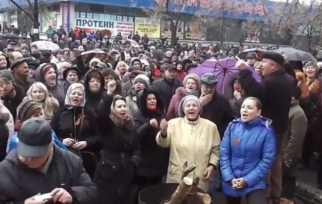 Σε κατάσταση πολιορκίας διαδηλώνουν και ζητούν δημοψήφισμα