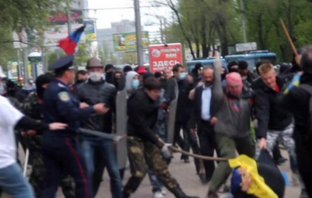Άγριο ξύλο στους δρόμους του Ντονέτσκ μεταξύ Ρώσων και Ουκρανών