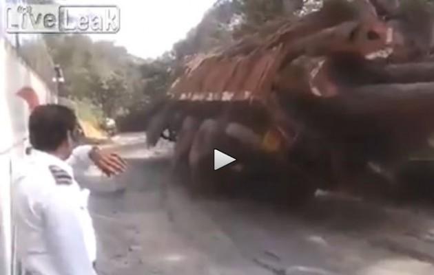 Απίστευτο ατύχημα με φορτηγό που πέφτει σε γκρεμό (βίντεο)