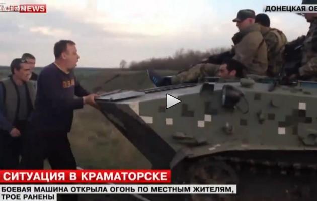 Ρώσος προσπαθεί να εμποδίσει ουκρανικό τανκς με τα χέρια (βίντεο)