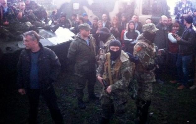 Οι Ουκρανοί στρατιώτες υπό φύλαξη Ρωσόφιλων πολιτοφυλάκων