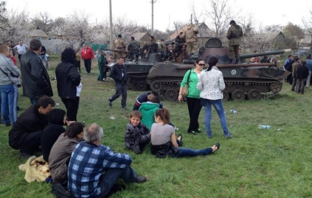 """Οι """"τρομοκράτες"""" κάνουν… πικ νικ δίπλα στα ουκρανικά τανκς"""