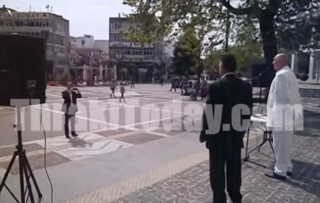 Απίστευτο ΒΙΝΤΕΟ: Υποψήφιος έβγαλε λόγο σε άδεια πλατεία