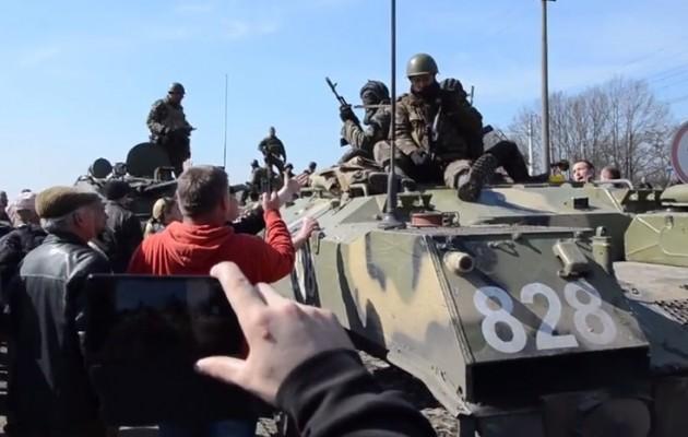 Νέοι, γέροι, γυναίκες, παιδιά έχουν περικυκλώσει τα ουκρανικά τανκς