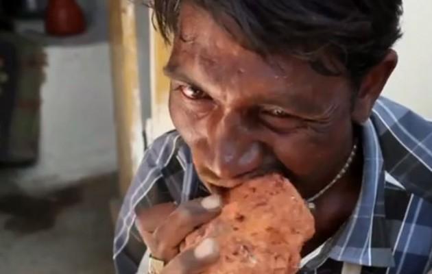 Το αγαπημένο του μενού είναι… τούβλα και λάσπη (βίντεο)