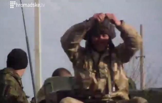 «Σαλταρισμένος» Ουκρανός στρατιώτης απειλούσε πολίτες με χειροβομβίδα (βίντεο)