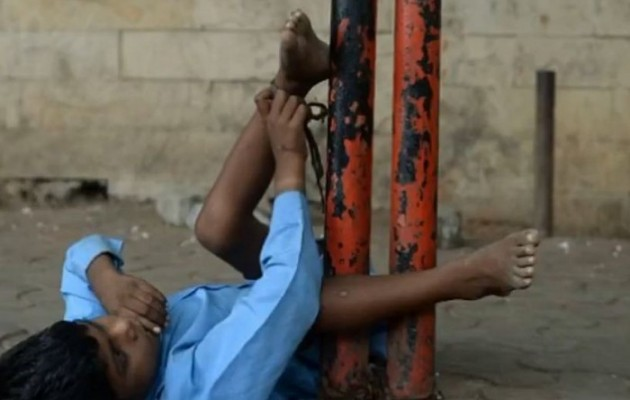 Βομβάη: Αλυσοδένει την εγγονή της για να μπορεί να δουλέψει (βίντεο)