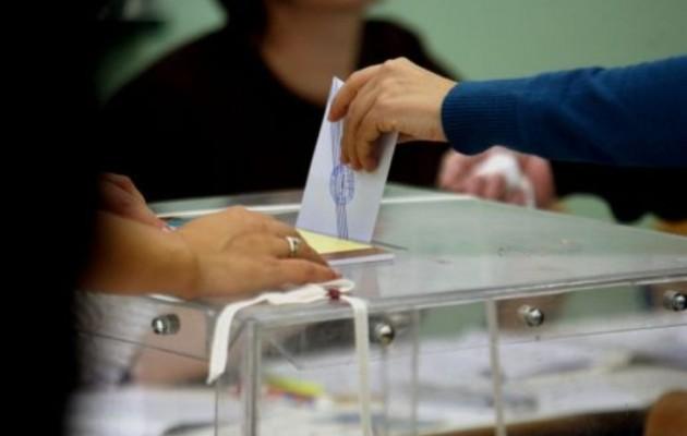 Τρίκαλα: Υποψήφιος που δεν εξελέγη έριξε το αυτοκίνητό του σε καφενείο