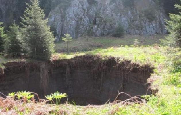 Μεγάλος κρατήρας από κατολίσθηση στα Τρίκαλα (εικόνες)