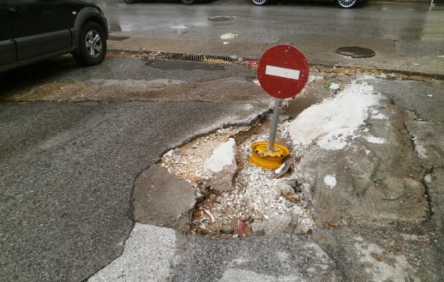 Κόπηκε στα δύο ο δρόμος στην Ξάνθη από τη βροχή (εικόνες και βίντεο)