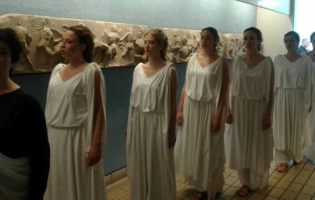 Συγκινητική διαμαρτυρία Ελληνίδων με χιτώνες στο Βρετανικό Μουσείο