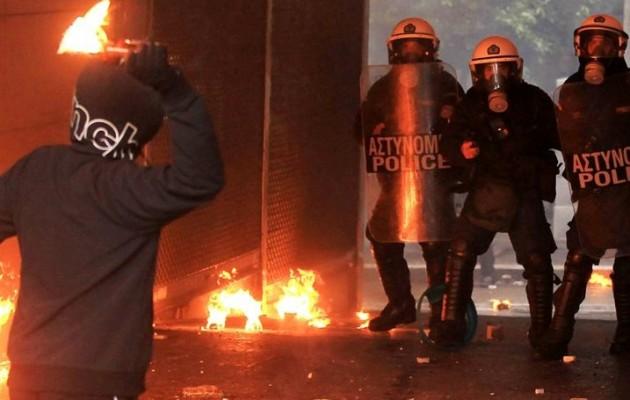 Επιθέσεις μολότοφ στα Εξάρχεια σε διμοιρίες των ΜΑΤ