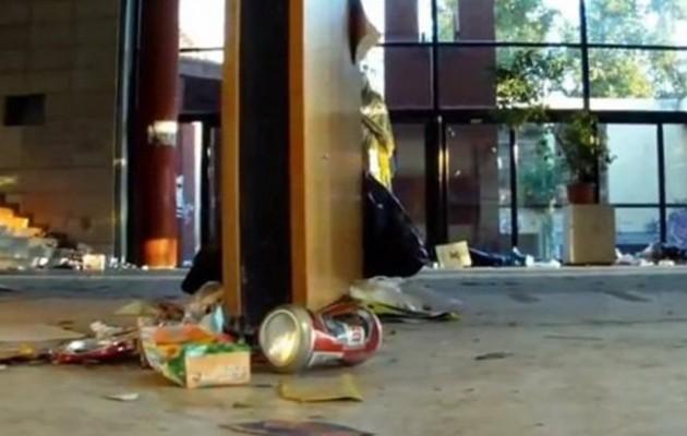 Εικόνες ντροπής στη Φιλοσοφική: Κλείσανε τη σχολή γιατί δεν μπορούν να μαζέψουν τα σκουπίδια!