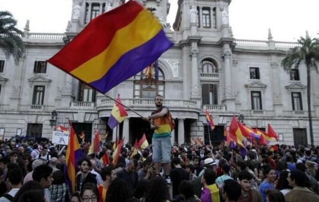 Η ισπανική κυβέρνηση ανησυχεί από το αντιμοναρχικό κίνημα