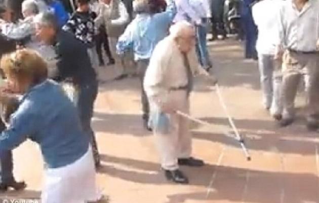 Απίθανο βίντεο: Σούπερ παππούς πετά τις πατερίτσες και χορεύει ροκ εν ρολ
