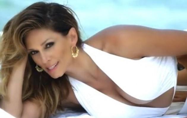 Η Έλλη Κοκκίνου με σέξι μαγιό στο νέο της βίντεο κλιπ