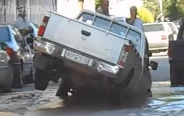 """Τρίκαλα: Έσπασε ο αγωγός και """"ρούφηξε"""" αυτοκίνητο (βίντεο)"""