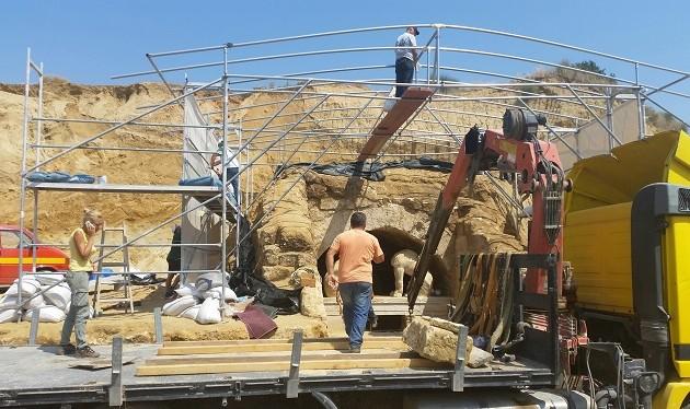 Αμφίπολη: Ακόμα πιο βαθιά στον τάφο μπήκαν οι αρχαιολόγοι (φωτογραφίες)