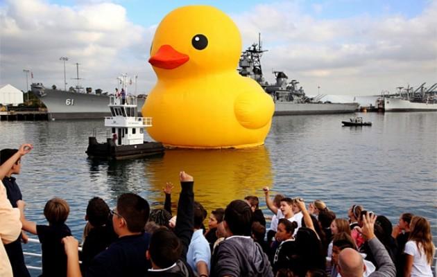 Ένα γιγαντιαίο παπί στο λιμάνι του Λος Άντζελες (εικόνες)