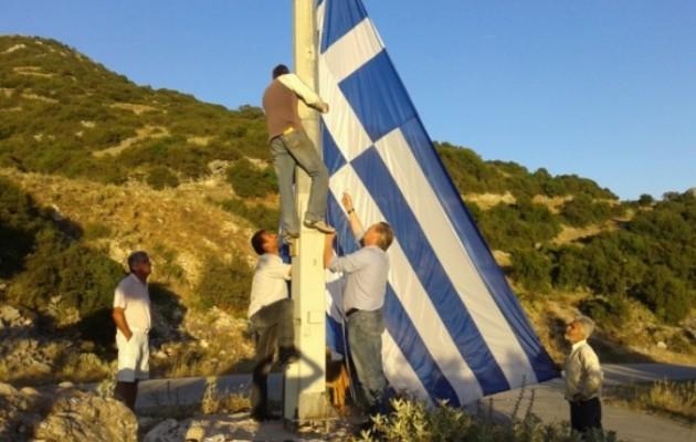 Ύψωσαν μια τεράστια ελληνική σημαία στα σύνορα με την Αλβανία
