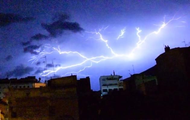 Θεαματικός κεραυνός κάνει τη νύχτα μέρα στην Ξάνθη