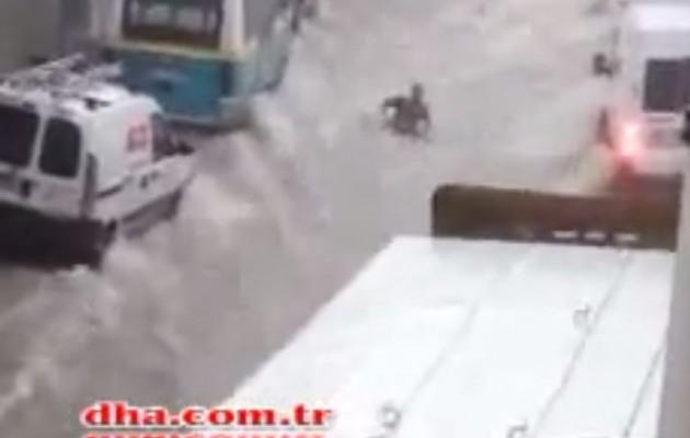 Πλημμύρισε η Σμύρνη – Τα νερά παρασέρνουν ανθρώπους και αυτοκίνητα (βίντεο)