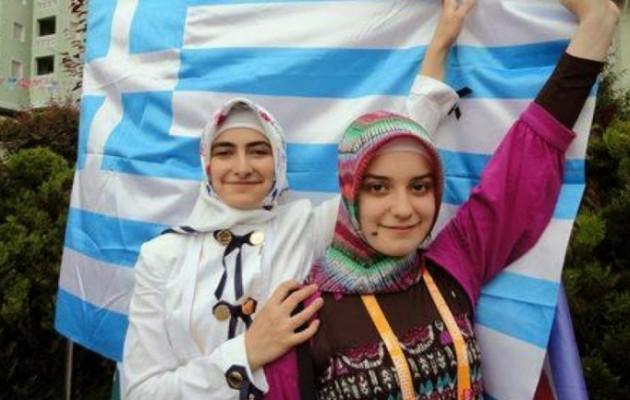 Το Τουρκικό Προξενείο μοιράζει λεφτά και τάμπλετ στους μικρούς Πομάκους για να τους κάνει Τούρκους