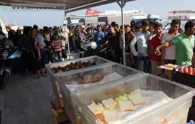 Καπετάνιος κρουαζιερόπλοιου μοίρασε τρόφιμα και ρούχα σε μετανάστες στη Μυτιλήνη