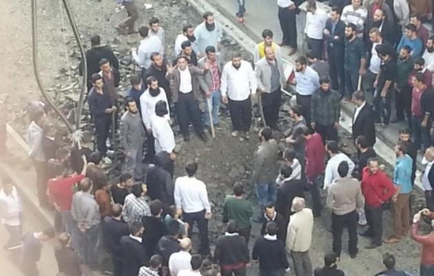 Φωτογραφία: Τούρκοι τζιχαντιστές έτοιμοι να χτυπήσουν Κούρδους διαδηλωτές
