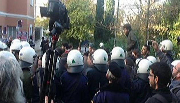 Τα ΜΑΤ κλείστηκαν στη Νομική και τα πολιορκούν οι φοιτητές
