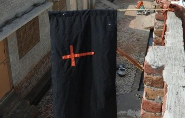 Μουσουλμανικός όχλος λίντσαρε και έκαψε ζευγάρι χριστιανών (φωτογραφίες)