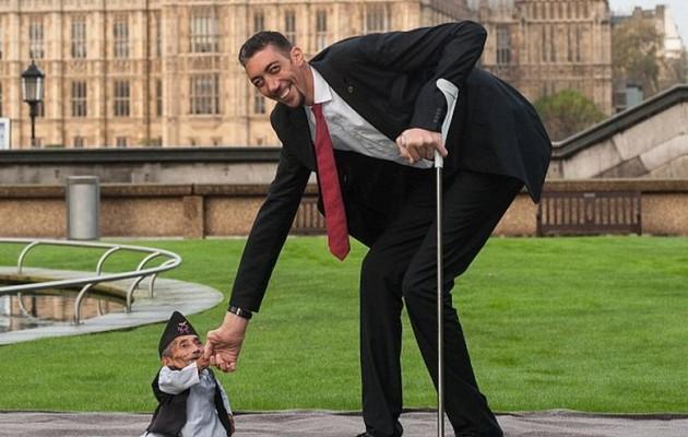 Ο ψηλότερος συναντήθηκε με τον πιο κοντό άνθρωπο στον κόσμο (βίντεο)