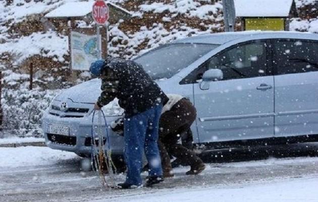 Έντονη χιονόπτωση στα Βίλια Αττικής- Η κυκλοφορία μόνο με αλυσίδες